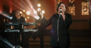 Jéssica Augusto envolve o público com canção de adoração